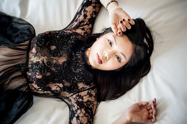 寝そべる黒いドレスの女性