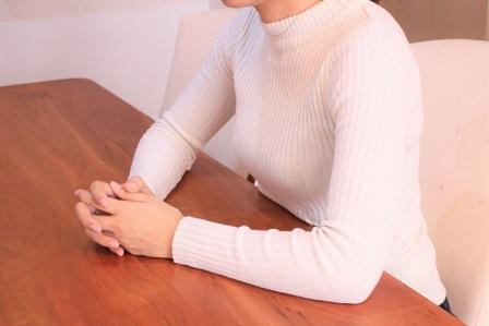 セーターを着た女性の胸