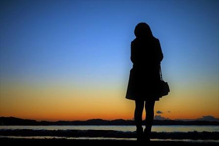夕日をバックに写る女性