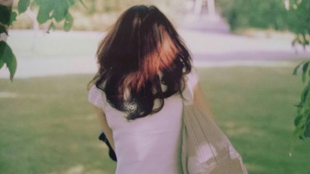 公園での女性の後ろ姿