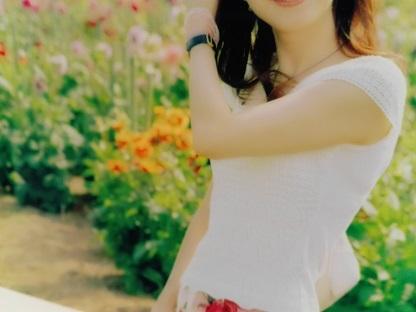 花をバックに写る女性