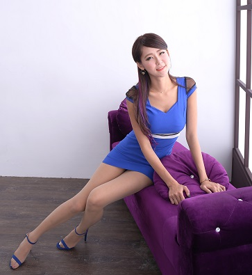 青い服のセクシーな女性
