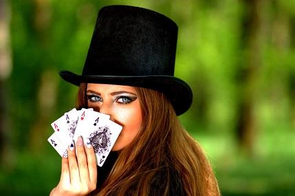 カードを持った女性