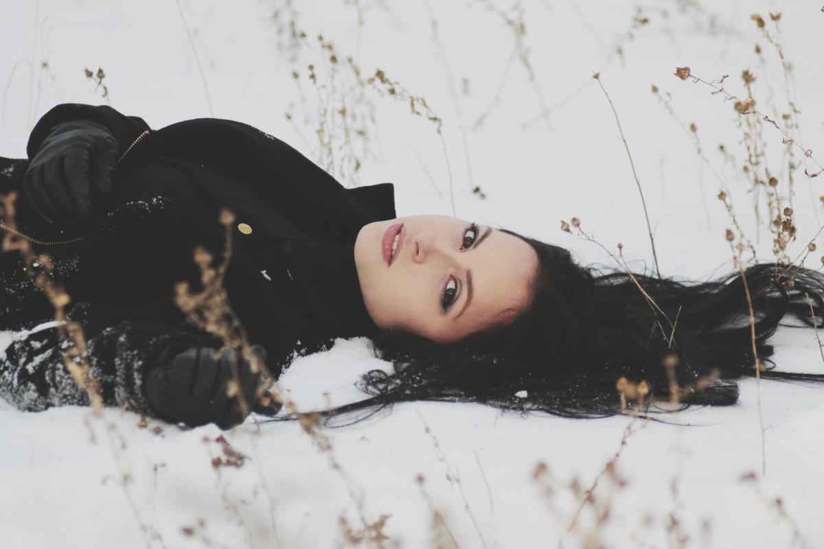 雪の上に寝転ぶ女性