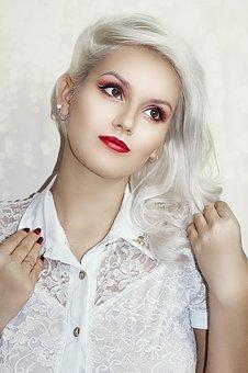 銀髪の女性