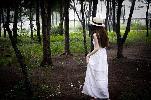 白い服の帽子をかぶった女性