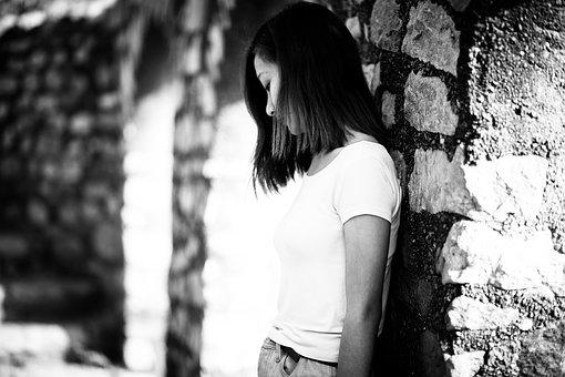 モノクロ写真の女性