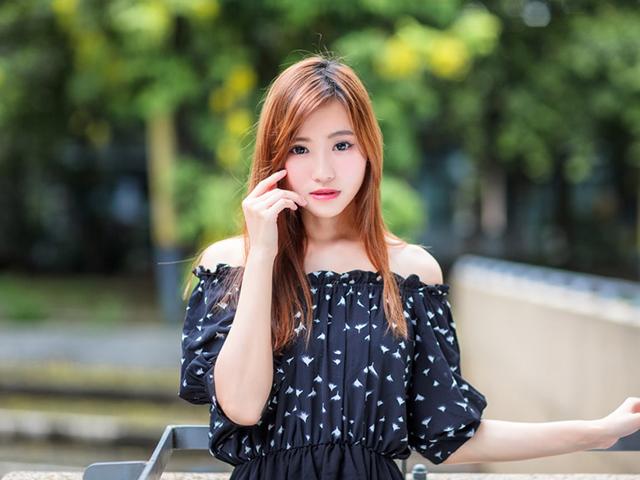 黒い水玉模様の服を着ている女性