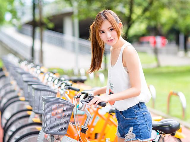 自転車を止めている女性