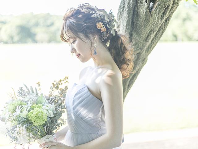 ドレスを着て花束を持っている女性