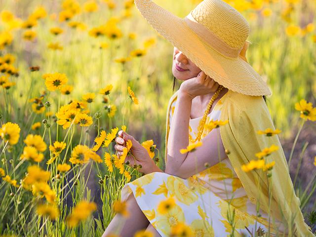 花畑に着ているセレブな女性