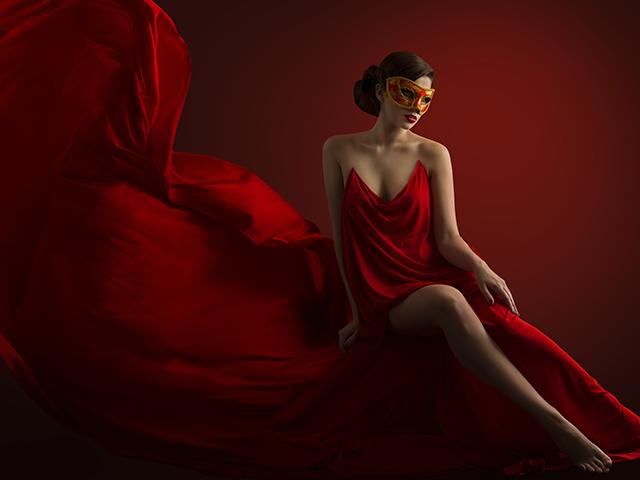 赤いドレスを着ている女性