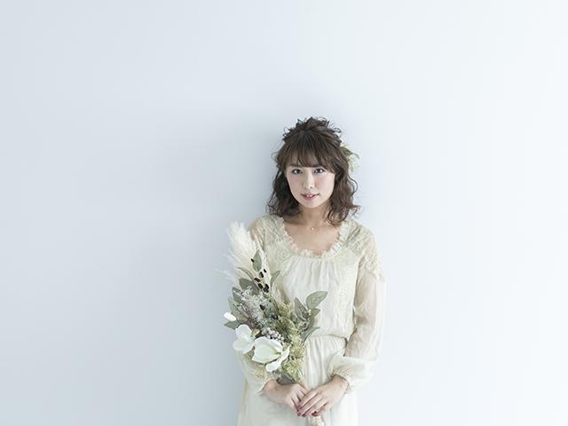 花束を持っているワンピースの女性