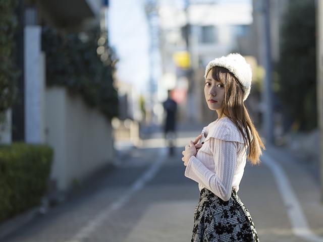 お散歩をしている可愛い服の女性