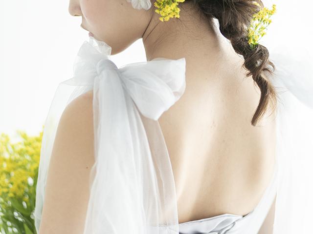 きれいな背中をしている花嫁風の女性