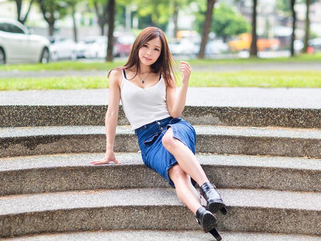公園の階段に座っている女性