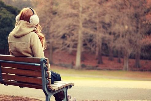 ベンチに座る女の子