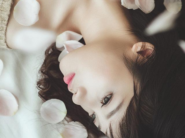 花びらとキレイな女性