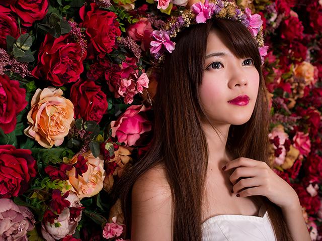 花に囲まれて上を見ている女性