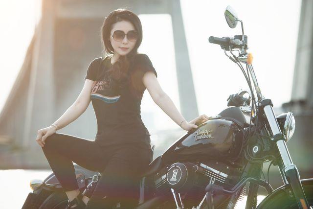 バイクに乗った女性