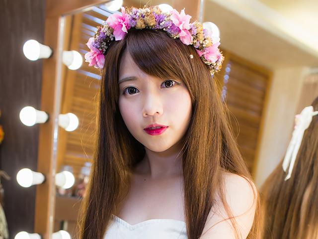 花の冠をかぶっているドレスの女性