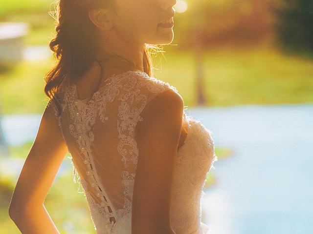 夕日に照らされているドレスの女性