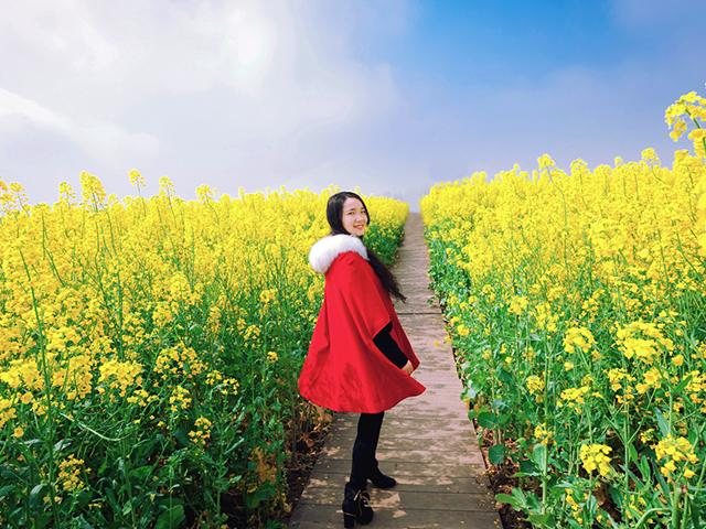 赤いコートを着ている女性