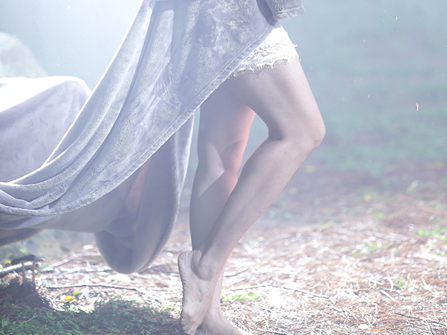 ドレスを着ている女性の足