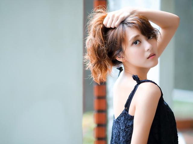 髪をかきあげている女性