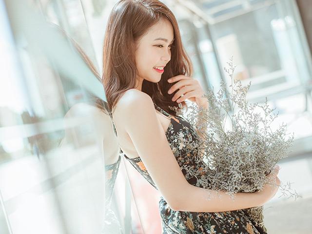 小さな花の花束を持っている女性