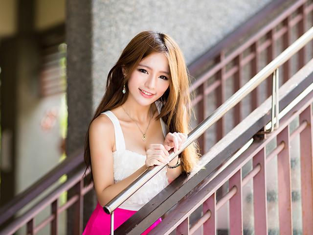 階段に立って微笑む女性