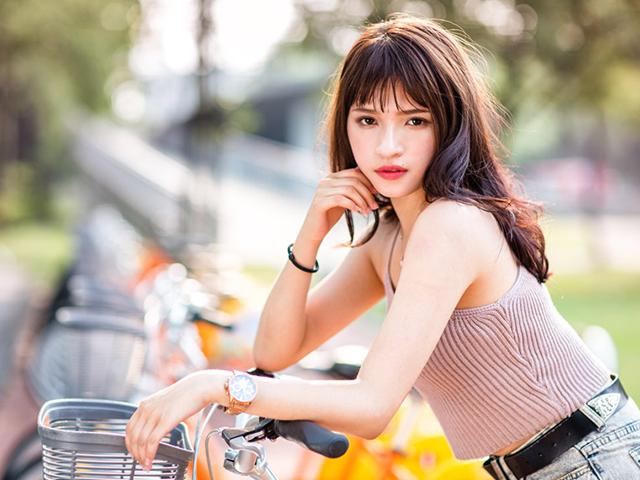 自転車にもたれかかっている女性
