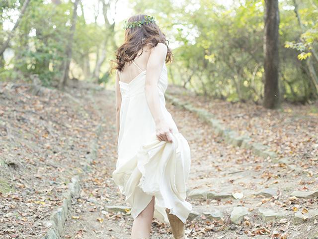白いワンピースを着て走っている女性