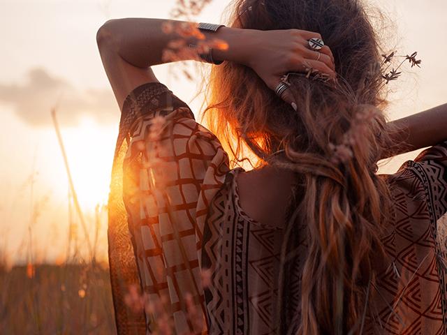 夕日を見ている民族女性
