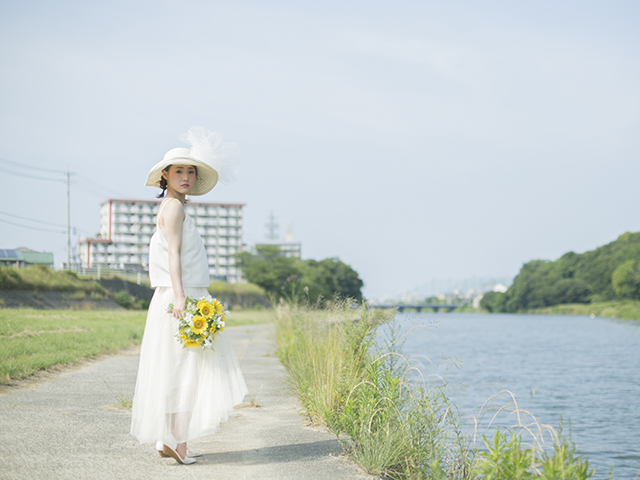 白いワンピースを着てお散歩をしている女性