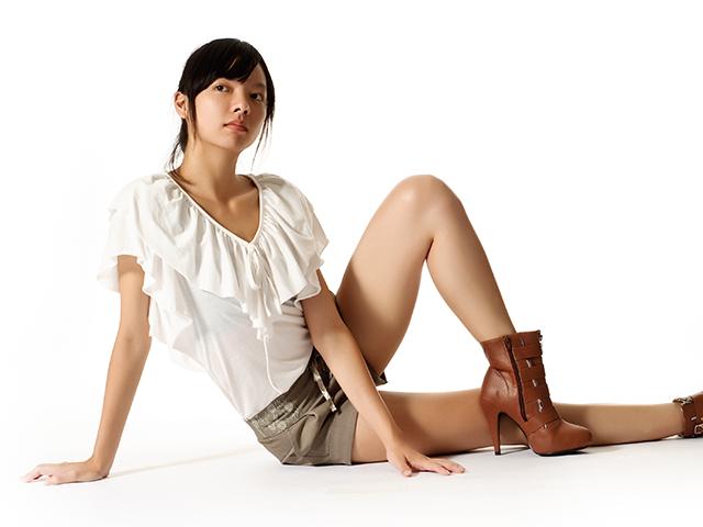 夏服で座っている女性
