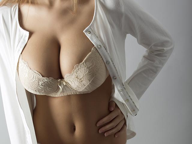 白い服とベージュの下着を着た女性