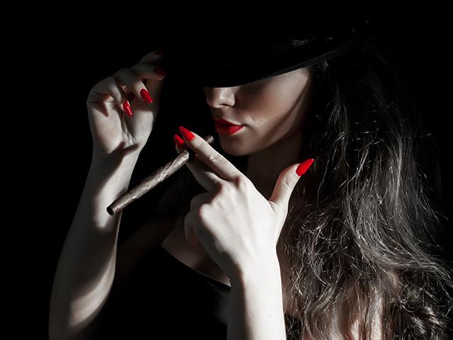 煙草を吸っている女性