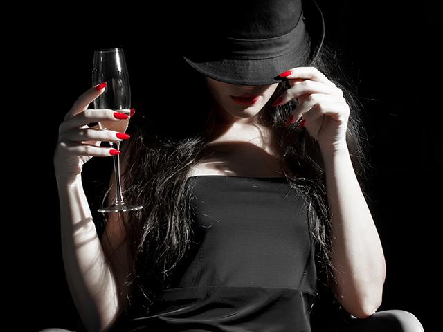 お酒を持っている女性