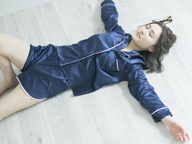 フローリングに横たわる女性