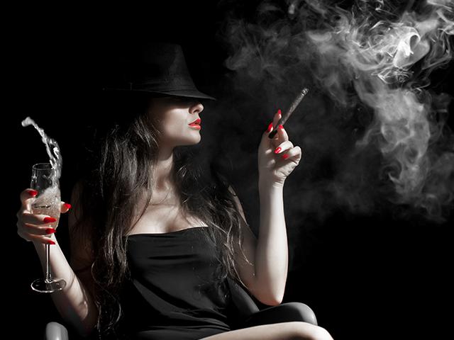 煙草と酒を持っている女性