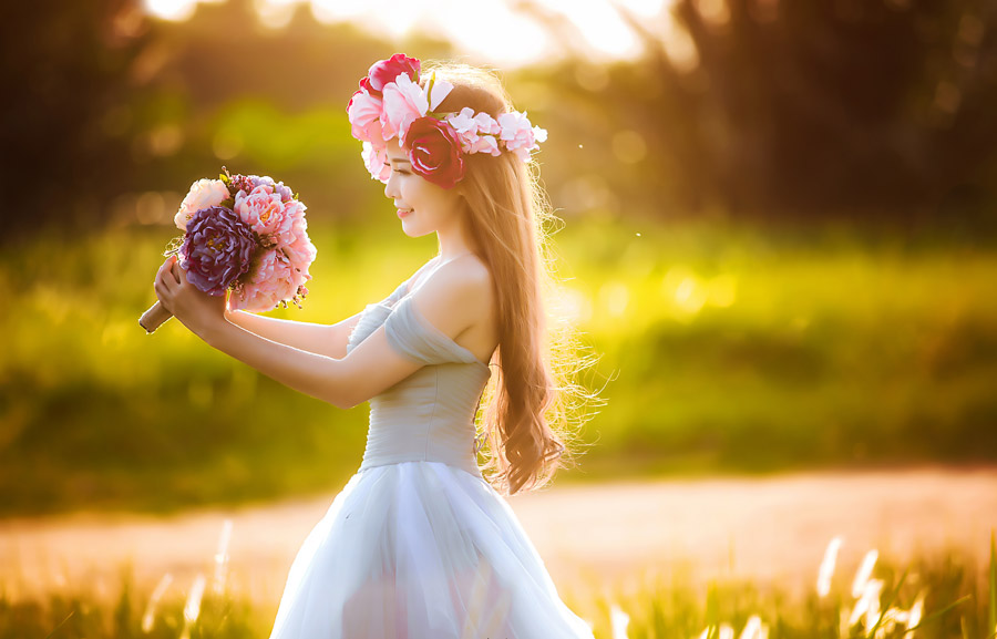 花飾りの女性