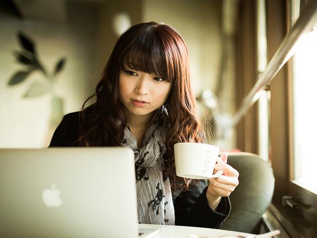 カフェでPCを見ている女性