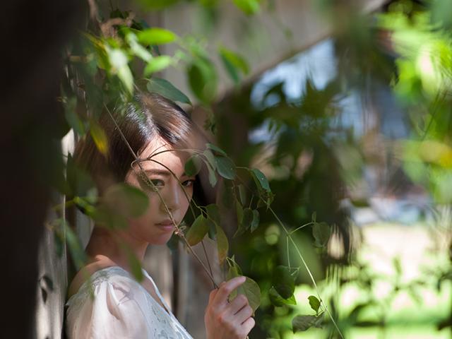 葉っぱに隠れている女性