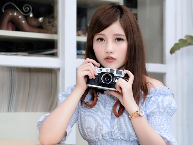 カメラを構えている女性