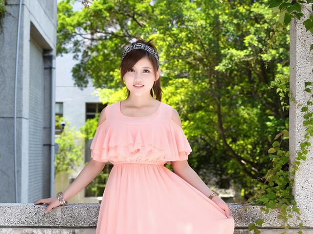 ピンク色のワンピースを着ている女性