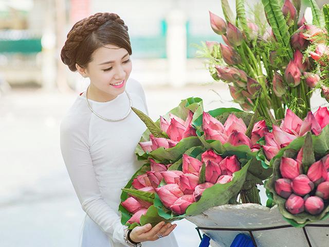 花を見ている女性