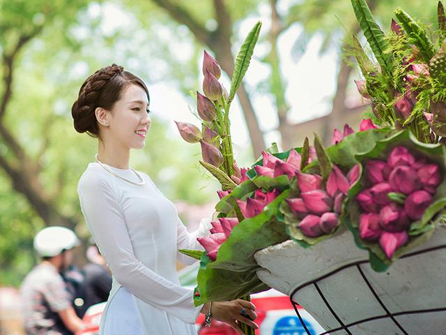 花を触っている女性