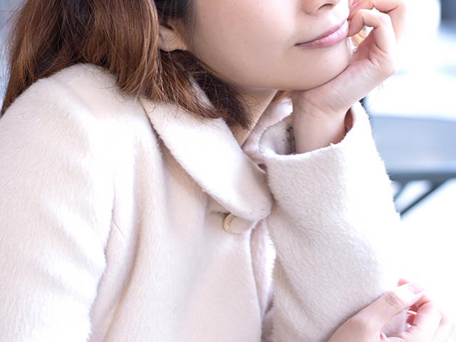 白いコートを着ている女性