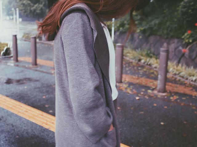 秋の散歩をしている女性